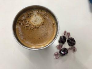 コーヒーと低糖質チョコレートの画像