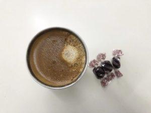 低糖質チョコレートとコーヒーでおやつの画像
